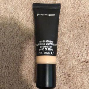 Mac Pro longwear foundation NC25